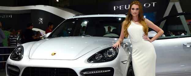 Garota ao lado da Porsche Cayenne no Salão do Automóvel 2012. Fotos: Glauco Barão e Michael Bazzarello