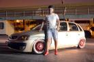 corsa-dourado-aro-17-rebaixado-rodas-bmw-fundo-vermelho