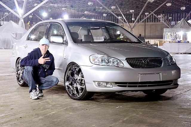 Corolla 2005 com aro 20, rebaixado e DVD