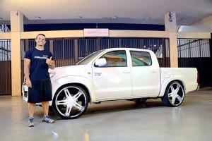 Hilux 2013 com rodas aro 24 fundo branco, rebaixada e som